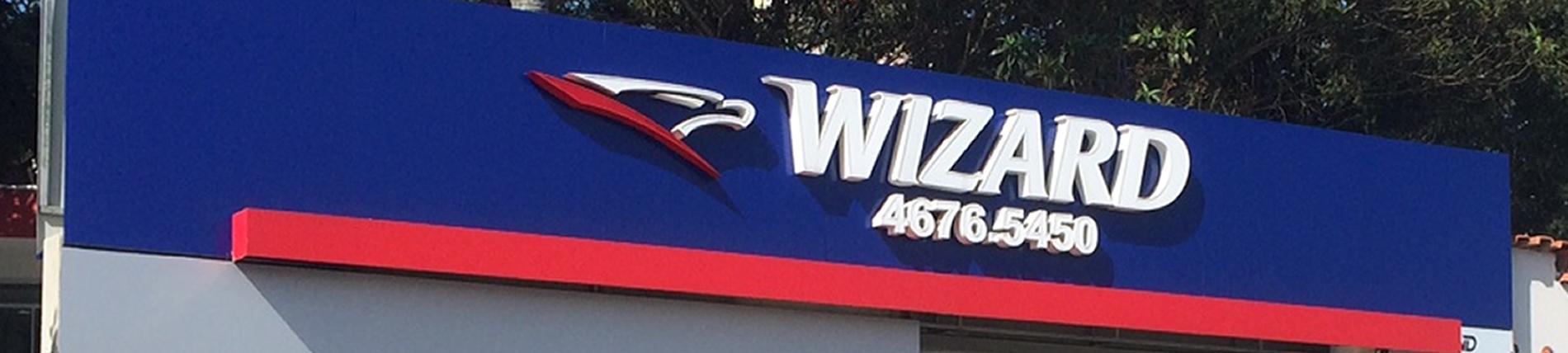 Wizard - Ferraz - painel em acm, logotipo bloco com face em acrílico e led